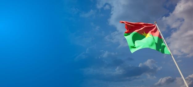 Bella bandiera nazionale dello stato del burkina faso con uno spazio vuoto.
