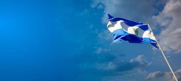 Bella bandiera nazionale dello stato di el salvador sul cielo blu