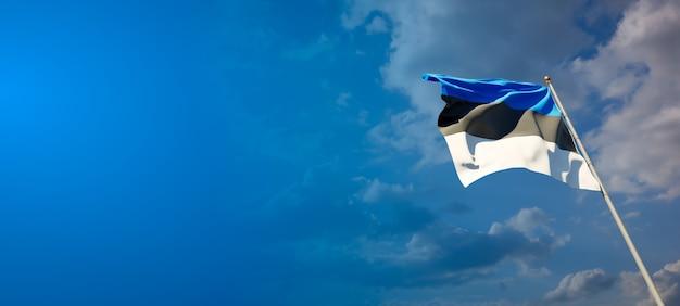Bella bandiera nazionale dello stato dell'estonia sul cielo blu