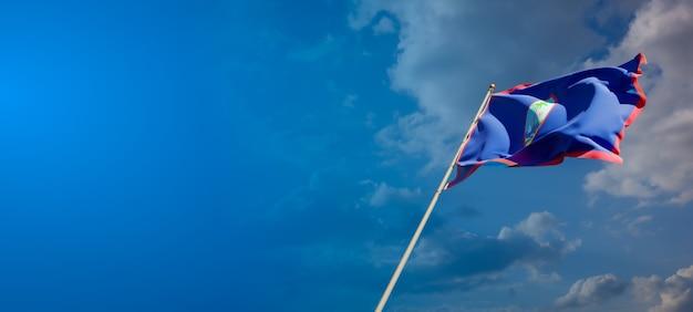 Bella bandiera nazionale dello stato di guam sul cielo blu