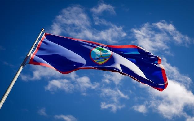 Bella bandiera nazionale dello stato di guam che fluttua sul cielo blu