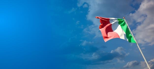 Bella bandiera nazionale dello stato d'italia con uno spazio vuoto su sfondo ampio
