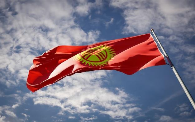 Bella bandiera nazionale dello stato del kirghizistan svolazzanti