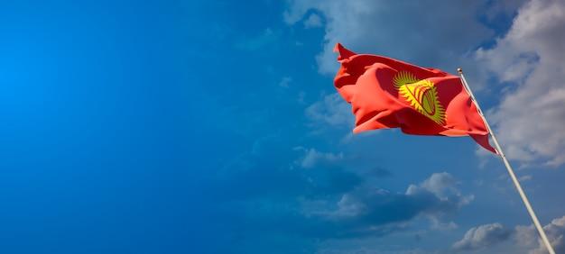 Bella bandiera nazionale dello stato del kirghizistan con uno spazio vuoto su sfondo ampio