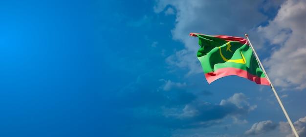 Bella bandiera nazionale dello stato della mauritania con uno spazio vuoto su sfondo ampio