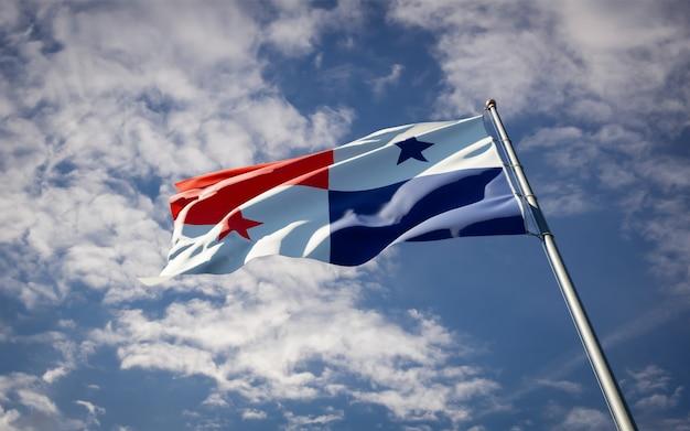 Bella bandiera nazionale dello stato di panama che fluttua sul cielo blu