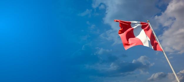 Bella bandiera nazionale dello stato del perù sul cielo blu