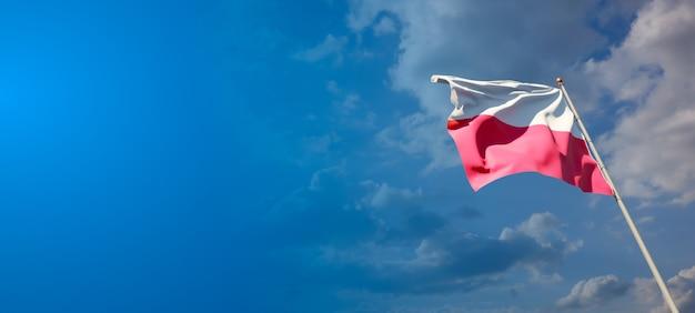 Bella bandiera nazionale dello stato della polonia sul cielo blu
