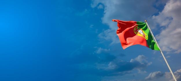Bella bandiera nazionale dello stato del portogallo con uno spazio vuoto su sfondo ampio