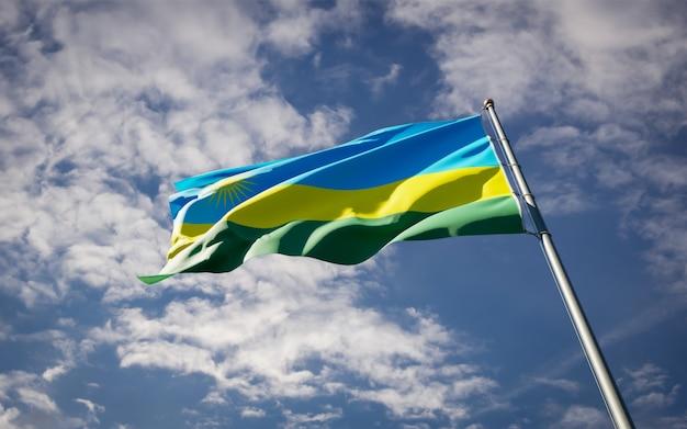 Bella bandiera nazionale dello stato del ruanda che fluttua sul cielo blu