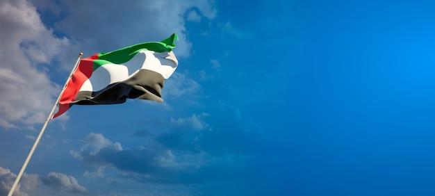 Bella bandiera nazionale dello stato degli emirati arabi uniti emirati arabi uniti sul cielo blu