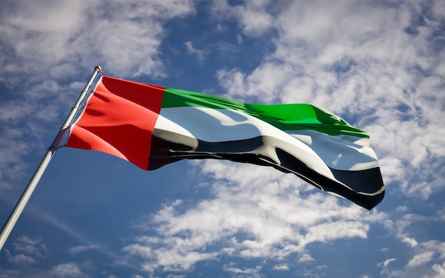 Bella bandiera nazionale dello stato degli emirati arabi uniti emirati che fluttuano sul cielo blu