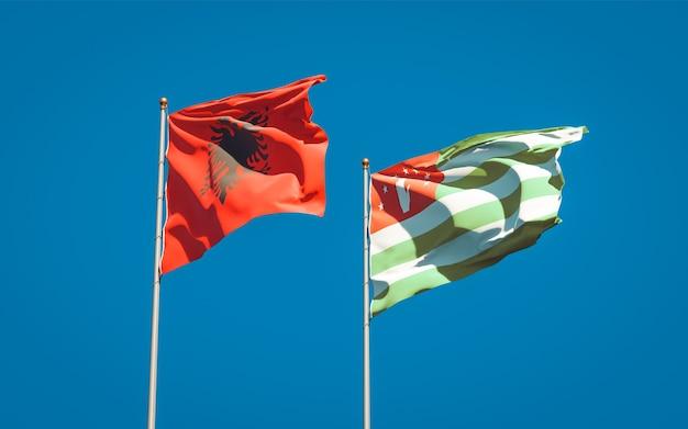 Belle bandiere di stato nazionali dell'abkhazia e dell'albania insieme