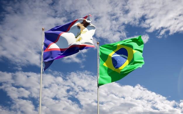 Belle bandiere di stato nazionali del brasile e delle samoa americane insieme sul cielo blu