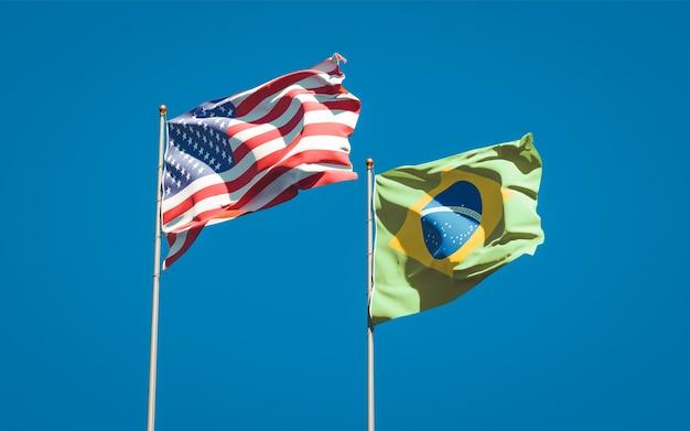 Belle bandiere nazionali dello stato del brasile e stati uniti d'america insieme sul cielo blu