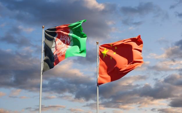 Belle bandiere di stato nazionali della cina e dell'afghanistan insieme al cielo