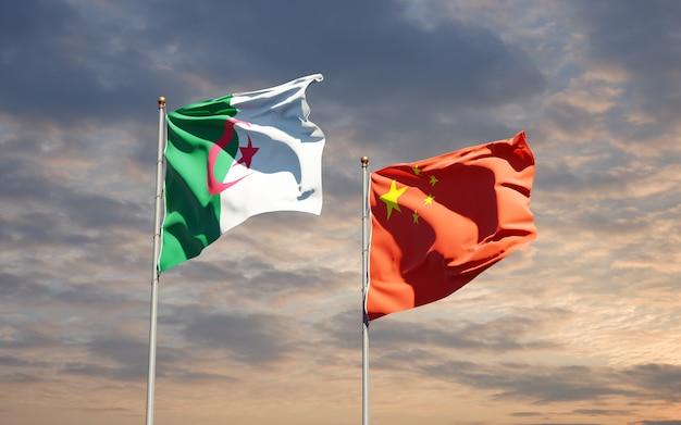 Belle bandiere di stato nazionali della cina e dell'algeria insieme al cielo
