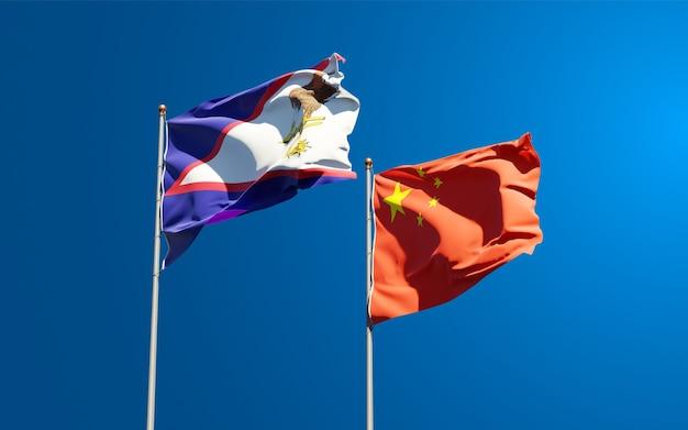 Belle bandiere di stato nazionali della cina e delle samoa americane insieme al cielo