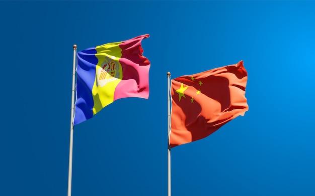 Belle bandiere di stato nazionali di cina e andorra insieme al cielo