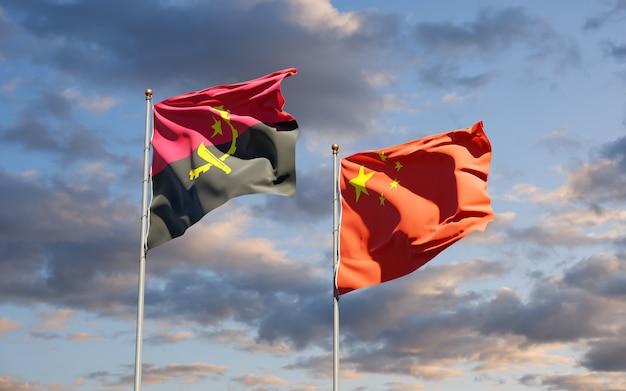 Belle bandiere di stato nazionali della cina e dell'angola insieme al cielo