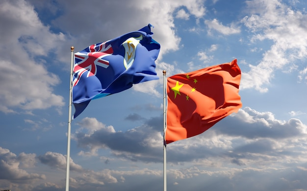 Belle bandiere di stato nazionali della cina e di anguilla insieme al cielo