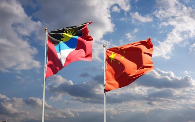 Belle bandiere nazionali dello stato della cina e antigua e barbuda insieme al cielo