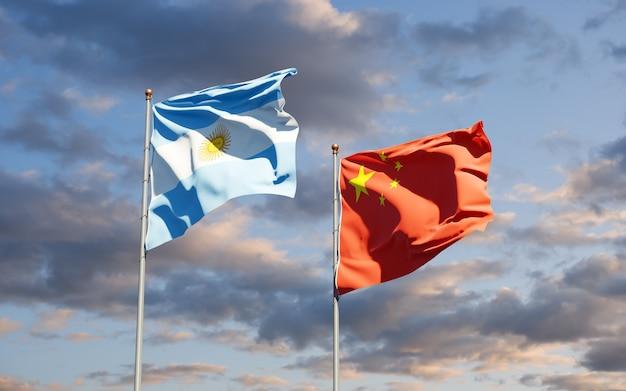 Belle bandiere di stato nazionali di cina e argentina insieme al cielo