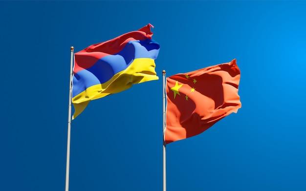 Belle bandiere nazionali di stato della cina e dell'armenia insieme al cielo