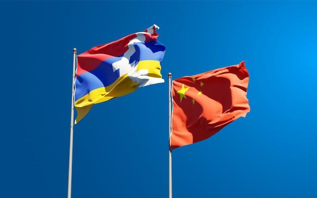 Belle bandiere di stato nazionali della cina e dell'artsakh insieme al cielo