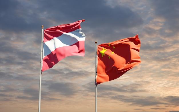 Belle bandiere nazionali dello stato della cina e dell'austria insieme al cielo
