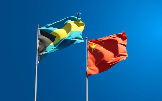Belle bandiere di stato nazionali della cina e delle bahamas insieme al cielo