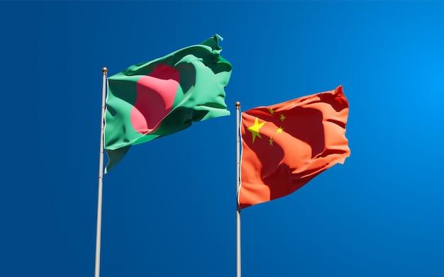 Belle bandiere di stato nazionali della cina e del bangladesh insieme al cielo