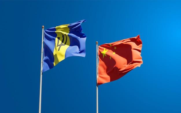 Belle bandiere di stato nazionali della cina e delle barbados insieme al cielo