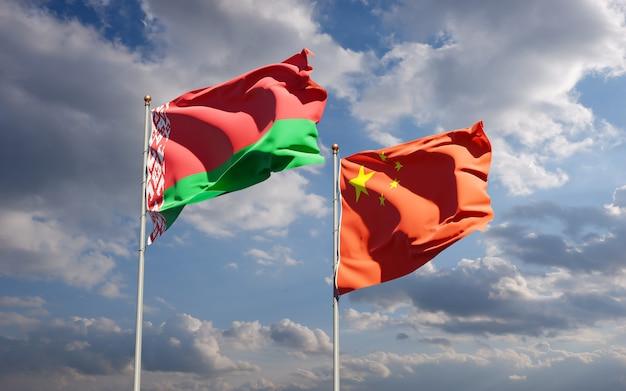 Belle bandiere nazionali di stato della cina e della bielorussia insieme al cielo