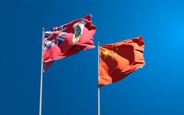 Belle bandiere di stato nazionali della cina e delle bermuda insieme al cielo