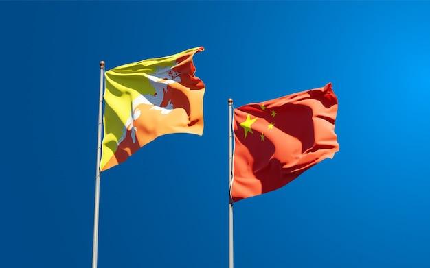 Belle bandiere di stato nazionali della cina e del bhutan insieme al cielo