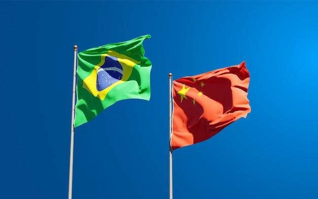 Belle bandiere nazionali di stato della cina e del brasile insieme al cielo