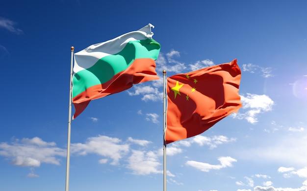 Belle bandiere nazionali di stato della cina e della bulgaria insieme al cielo