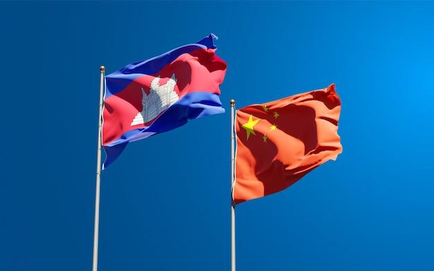 Belle bandiere di stato nazionali della cina e della cambogia insieme al cielo
