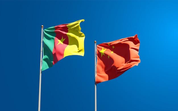 Belle bandiere di stato nazionali della cina e del camerun insieme al cielo