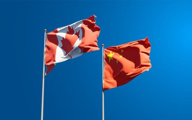 Belle bandiere nazionali di stato della cina e del canada insieme al cielo
