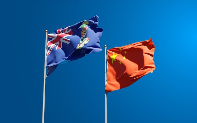 Belle bandiere nazionali dello stato della cina e delle isole cayman insieme al cielo