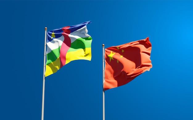 Belle bandiere di stato nazionali della cina e della repubblica centrafricana insieme al cielo