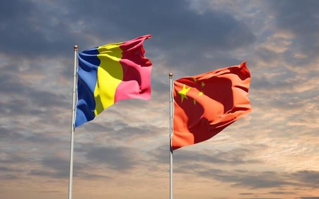 Belle bandiere di stato nazionali della cina e del ciad insieme al cielo
