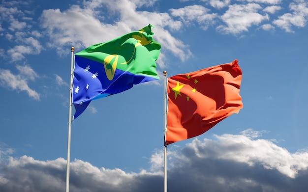 Belle bandiere di stato nazionali della cina e dell'isola di natale insieme al cielo