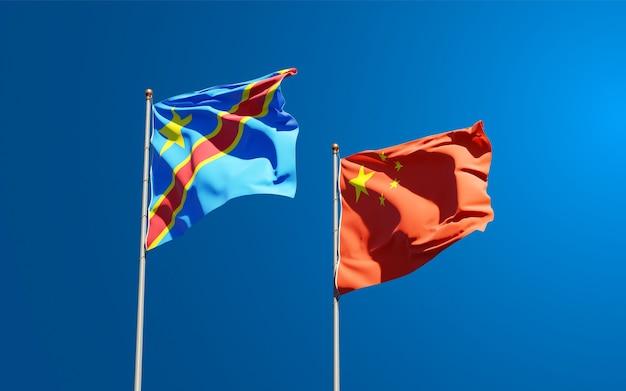 Belle bandiere di stato nazionali della cina e del congo insieme al cielo