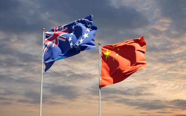 Belle bandiere di stato nazionali della cina e dell'isola di cook insieme al cielo