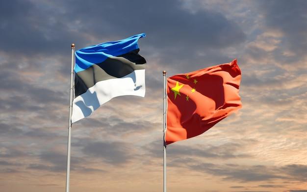 Belle bandiere di stato nazionali della cina e dell'estonia insieme al cielo