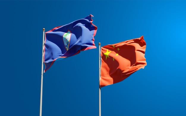 Belle bandiere nazionali di stato della cina e guam insieme al cielo