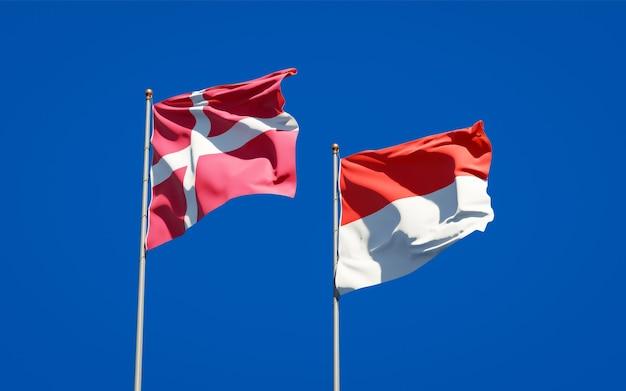Belle bandiere di stato nazionali di danimarca e indonesia insieme sul cielo blu